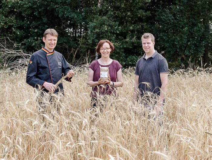 Daniel Wintering (links auf dem Bild) macht sich ein Bild vom Emmeranbau.