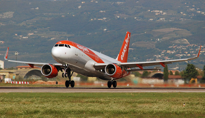 -EZOM A320-214 6587 easyJet @ Aeroporto di Verona 10.2018  © Piti Spotter Club Verona