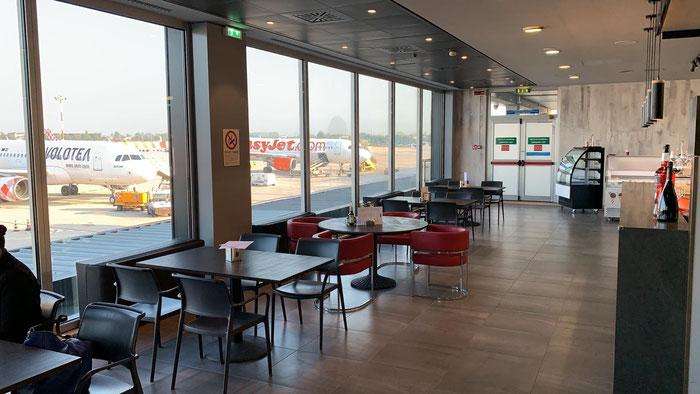 """Il bar al primo piano fotografato dalle scale mobili. Si trova in corrispondenza del cartellone """"Banco Popolare"""""""