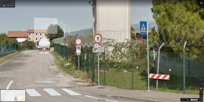 Sulla strada permane il divieto di accesso ai non autorizzati, anche a piedi.
