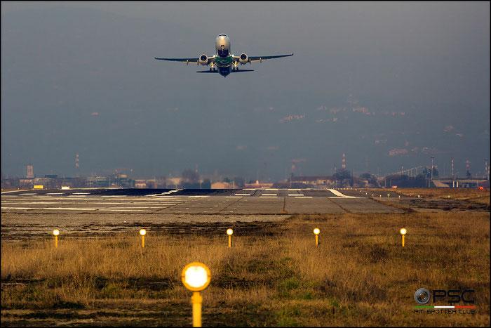 Un 737 Transavia in decollo dal Catullo. Speriamo sia una foto simbolo per il nostro Aeroporto, impegnato in una difficile azione di rilancio.