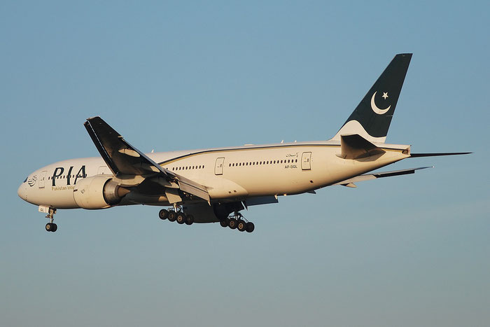 AP-BGL B777-240ER 33777/473 PIA - Pakistan International Airlines @ Milano Malpensa Airport 23.11.2014 © Piti Spotter Club Verona