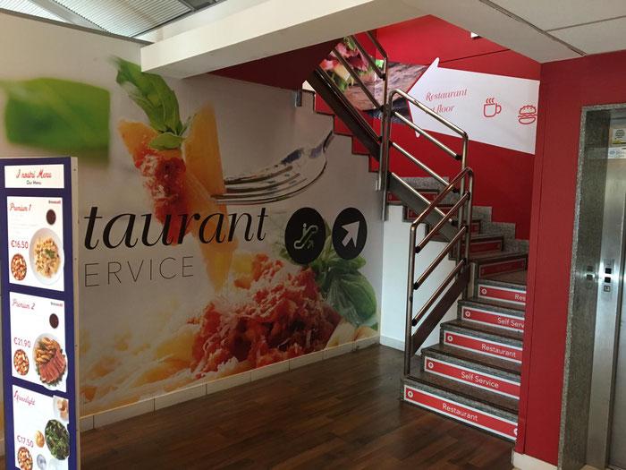 La scala di accesso al ristorante al primo piano, poco prima  dei controlli di sicurezza