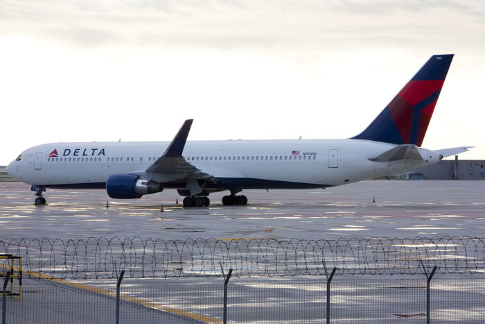 N195DN B767-332ER 28452/676 Delta Air Lines @ Venezia Airport 01.12.2012 © Piti Spotter Club Verona