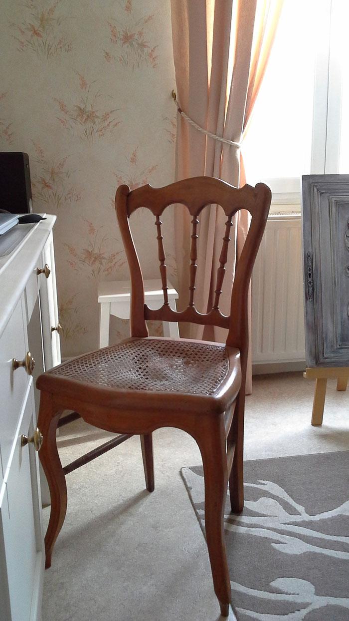 La chaise. (Acheté une paire en mauvais état).