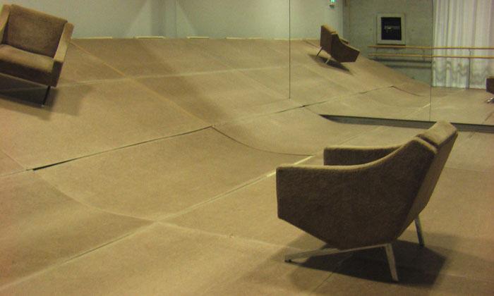 Zwei Sessel auf einer schiefen Ebene in einem Tanzstudio