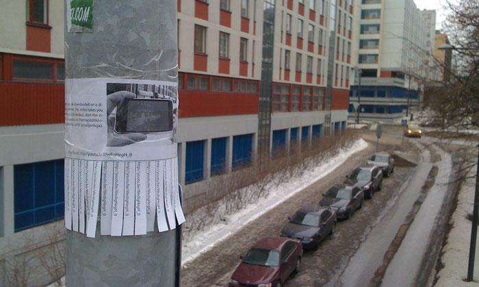 Abreißzettel an einer Laterne in Helsinki