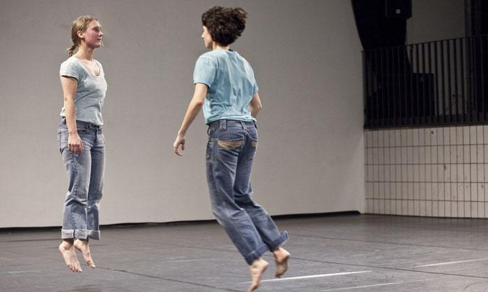 Roswitha Emrich und Johanne Timm sehen sich hüpfend an.