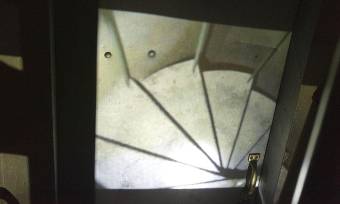 Projektion einer Treppe auf einer Treppenhaustür