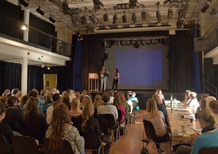 Innenaufnahme vom Publikum und der Bühne bei den Skin Picking und Trichotillomanie Tagen 2018