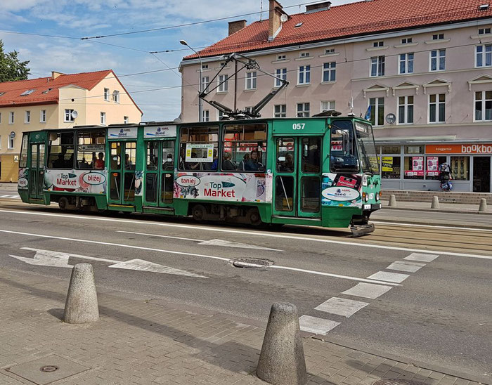 Fotografischer Beifang beim Umherirren in der Stadt: eine Straßenbahn.