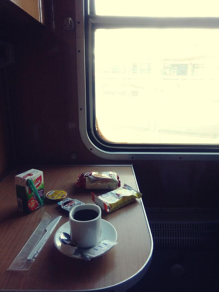 Eine Schlafwagenreise endet am besten bei einer guten Tasse löslichen Kaffees.