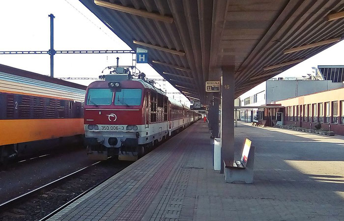 Der Schnellzug in Richtung Žilina steht am Hausbahnsteig bereit.