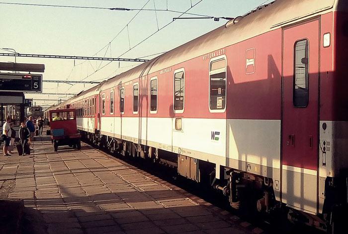 Getümmel am Zug nach der Ankunft in Košice.