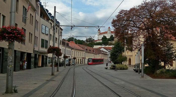 Burg Bratislava und Straßenbahn