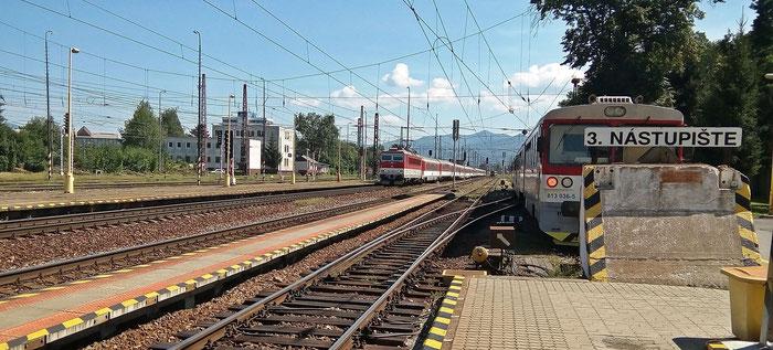An Zugverkehr mangelt es in Vrútky nicht. Nur meiner fehlt.