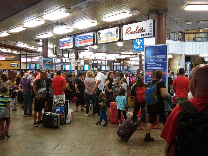 Samstagmittag und richtig was los am Hauptbahnhof von Bratislava