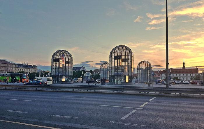 Die markanten Aufzugstürme des Prager Hauptbahnhofs im Abendlicht