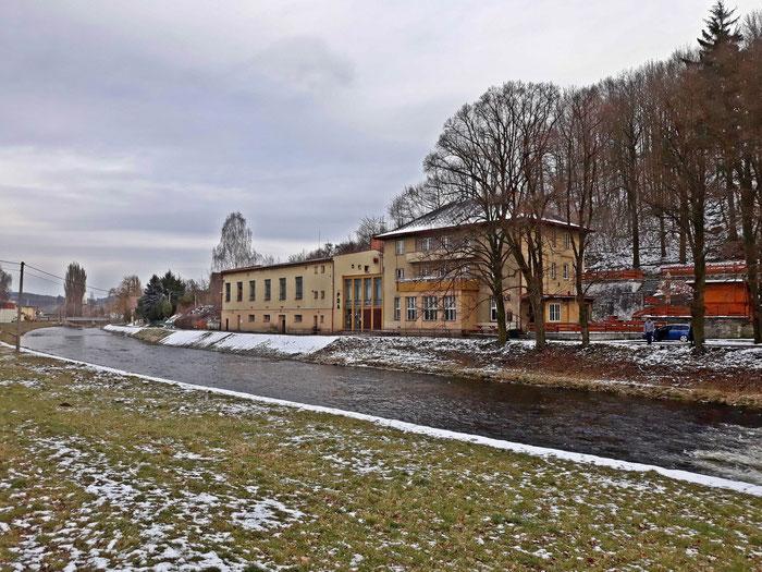 """Ein gut erhaltenes Klubhaus """"Völkerfreundschaft"""" mit Saal usw."""