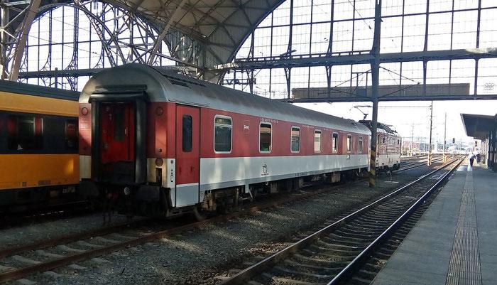 Zuglok des EC 283 und der Kurswagen (Schlafwagen der slowakischen Bahn) nach Prešov