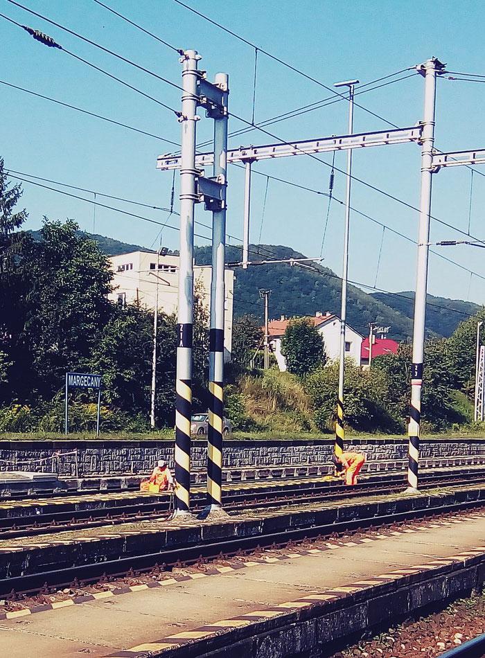 Arbeiter streichen den Bahnsteig.