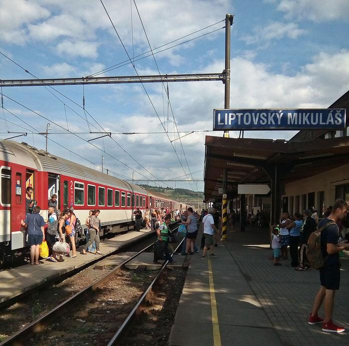 Andrang wie in besten Eisenbahnzeiten, als nach zwei Stunden ein Schnellzug in  Richtung Košice kommt.