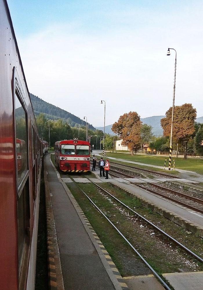 Gleich am ersten Halt erfolgt die erste Zugkreuzung (mit einer Brotbüchse aus Nálepkovo).