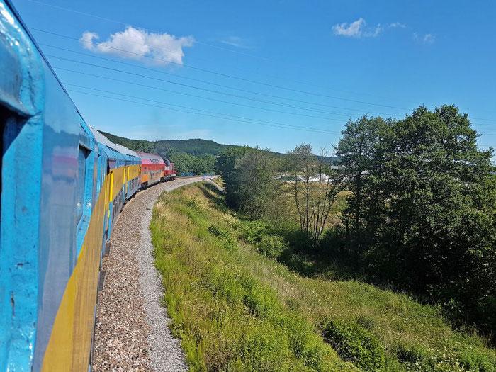 Eisenbahn in Reinkultur. Fenster auf, Kopf raus, Diesel atmen...