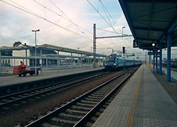 Der Railjet nach Graz fährt in den Bahnhof Břeclav ein.