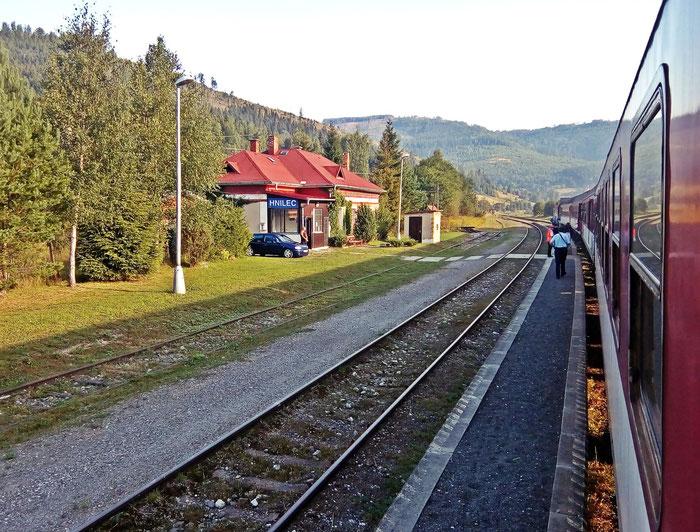 In Hnilec wird eine junge Frau von ihrem Freund per Auto sehr nah an den Zug gebracht.