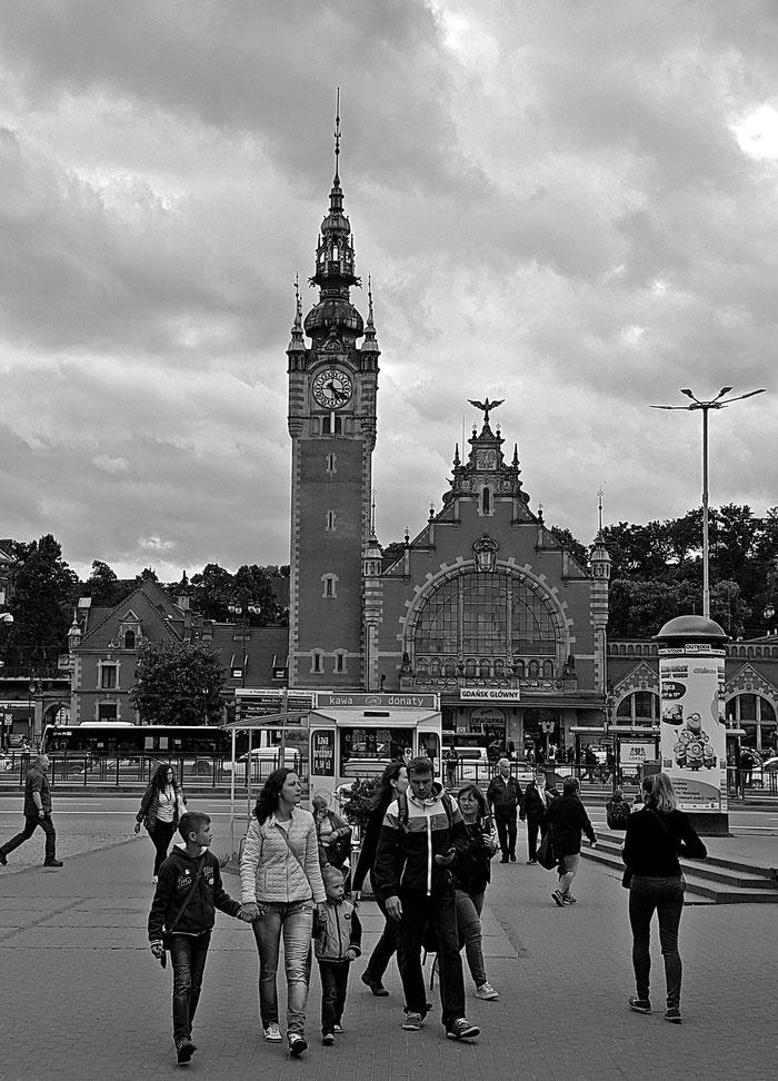 """Nimm das, """"Ihr Einkaufsbahnhof""""! Der würdige Danziger Hauptbahnhof mit Menschen."""