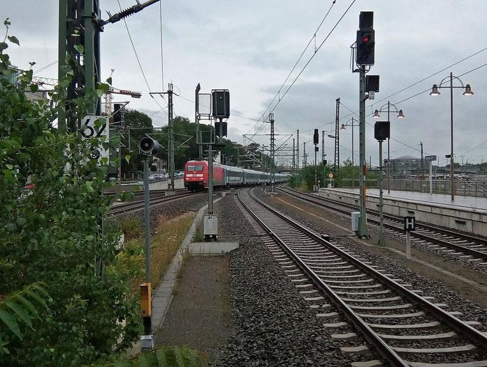 EC 173 HUNGARIA von Hamburg nach Budapest fährt in Dresden Hbf ein