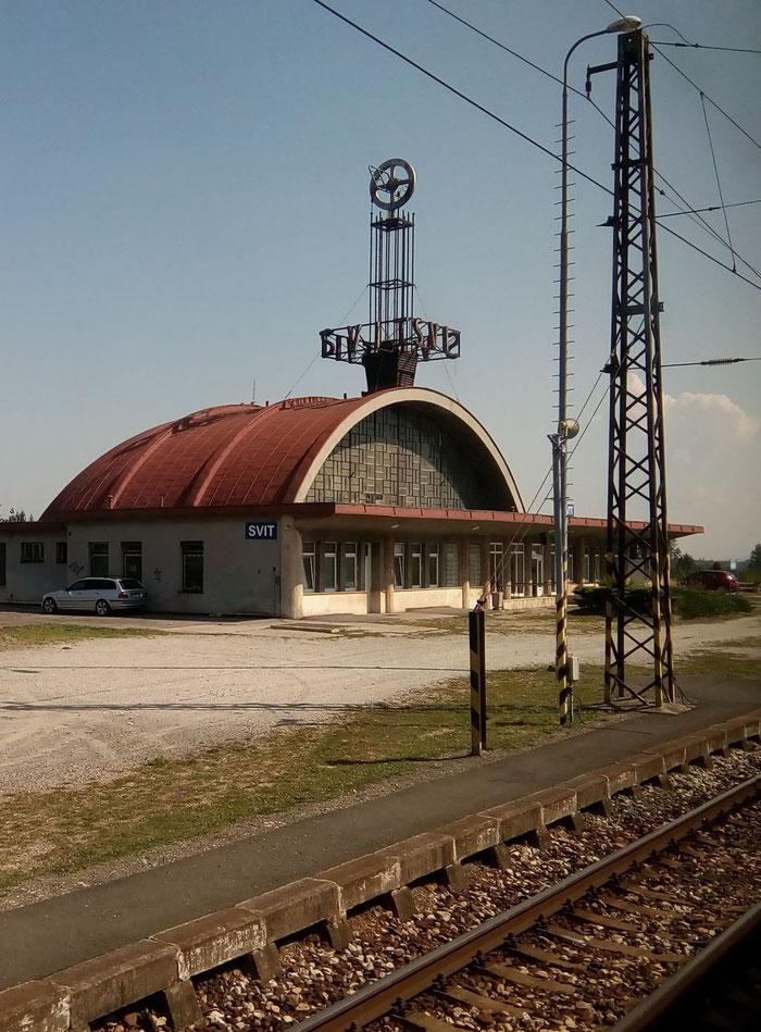 Das markante Empfangsgebäude des Bahnhofs Svit erhält besondere Aufmerksamkeit.