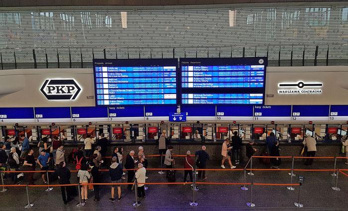 Schön, wenn man beim Warten anderen beim Warten zuschauen kann: Warschau Hauptbahnhof