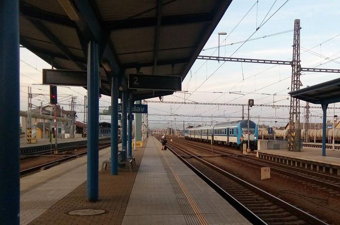 Eine Eisenbahnerin muss nochmal zurück zum Zug, um ihre Warnweste zu holen.
