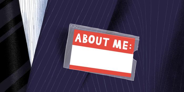 Illustration d'une étiquette About me épinglée sur un costume
