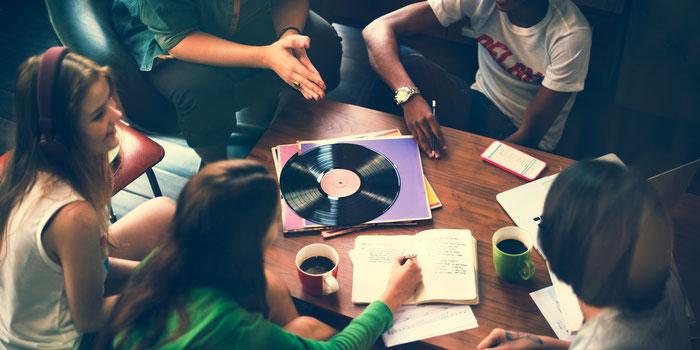 les groupes de musique ont besoin de faire connaître leurs morceaux