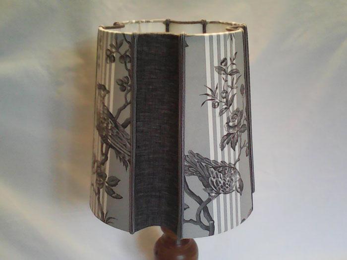 Abat-jour de forme espagnole, en toile à matelas en coton imprimée et lin gris chiné.