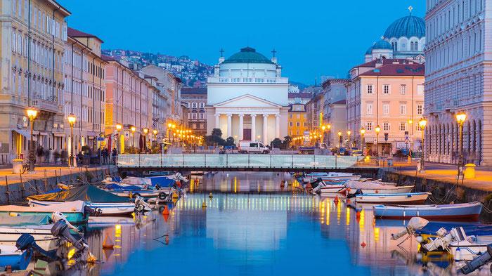 Borgo Teresiano de Trieste e o Canal Grande di Trieste. No fundo a igreja de Sant'Antonio Taumaturgo