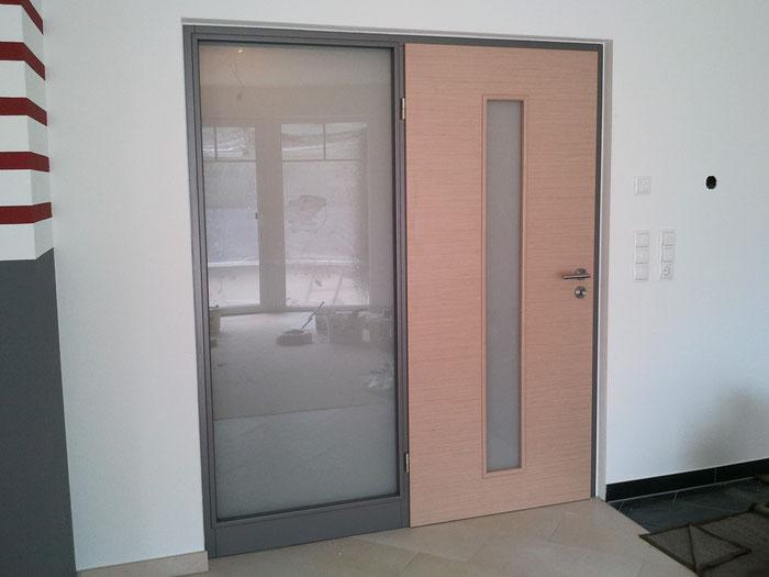 Windfangelement mit Festteil und Zimmertüre