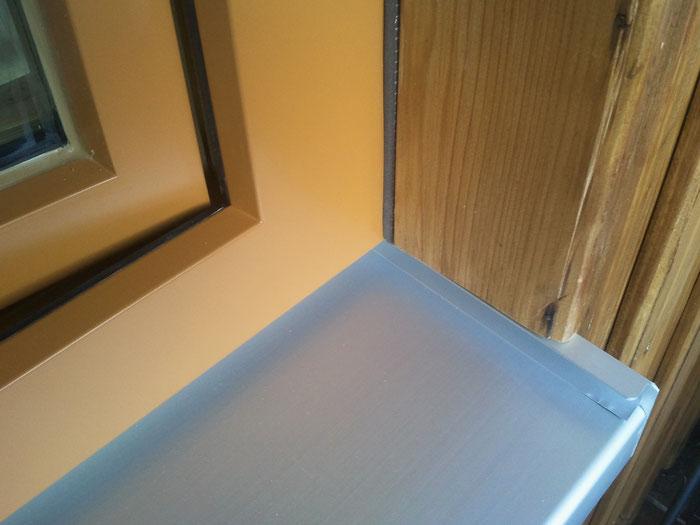 außen: Anbindung an bestehenden Holzschild