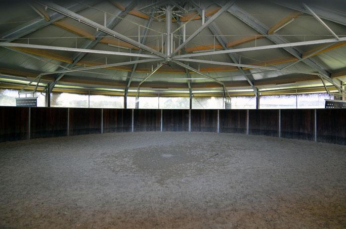 18 Meter Durchmesser, mit Quarzsand-Teppichboden.