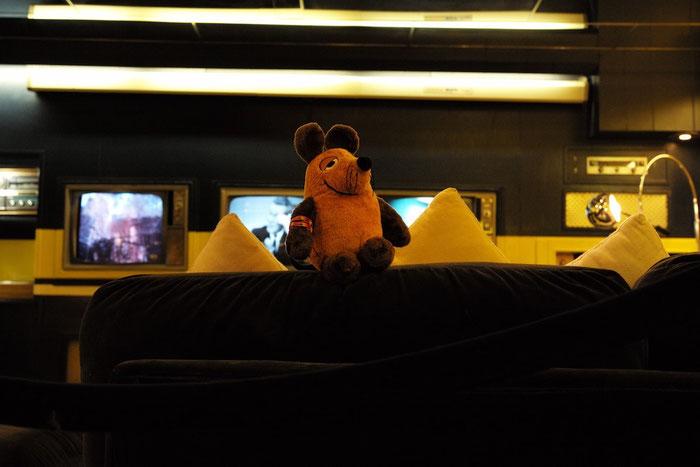 Maus auf dem Sofa im Fernsehkeller des King