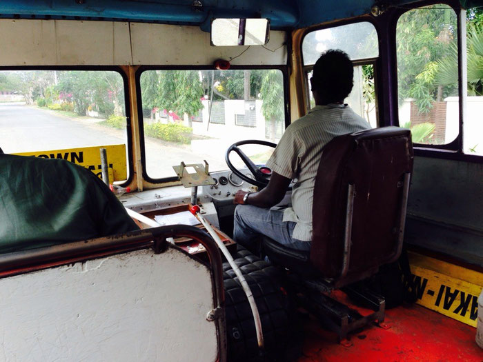 Der Bus war bestimmt älter als wir - aber er fuhr unüberhörbar und hatte automatische Lüftung, da die Scheiben an der Seite fehlten.