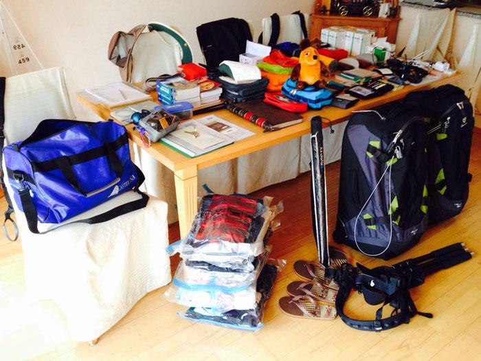 Das alles soll mit ! Wir fragen uns, wie wir alles verpacken sollen (obwohl die Wäsche schon in Plastiktüten zusammengedrückt wird)