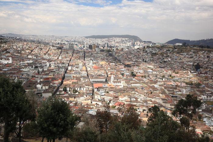 """Blick vom Berg """"El Panecillo"""" auf Quito (und das ist nur ein Ausschnitt der Stadt !)"""
