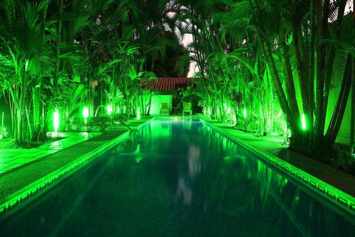 Der Pool vor unserer Zimmertür in der Abenddämmerung.