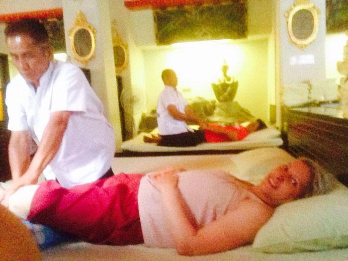 Die Greyhoundin bei der Thai-Massage