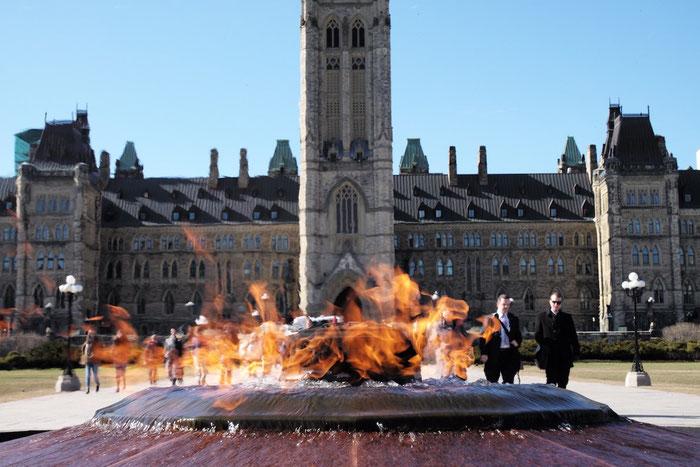 Das Parlamentsgebäude mit der ewigen Flamme