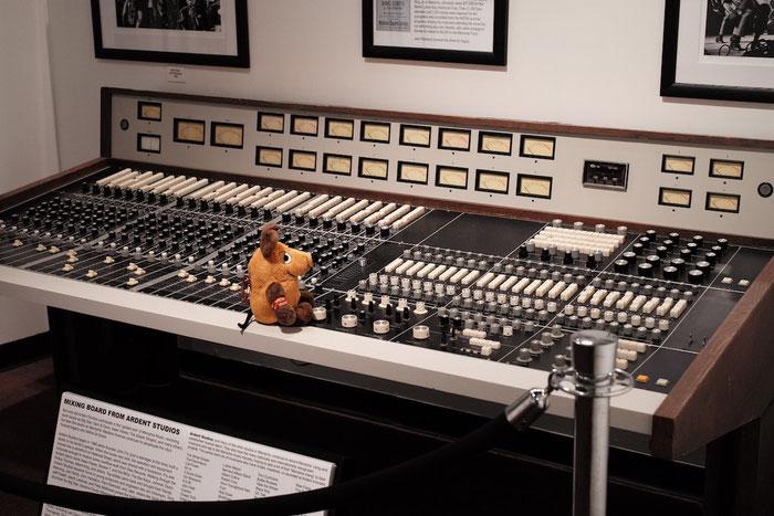 Maus probiert währenddessen das Original-Mischpult aus den Ardent Studios aus.